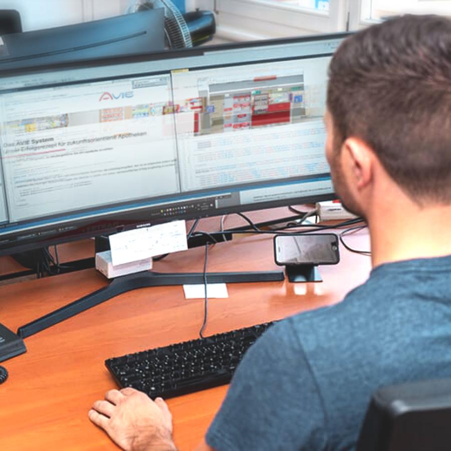 Arbeiten im Innendienst der AVIE Apothekenkooperation heißt sich an seinem Arbeitsplatz in Merzig wohlfühlen.
