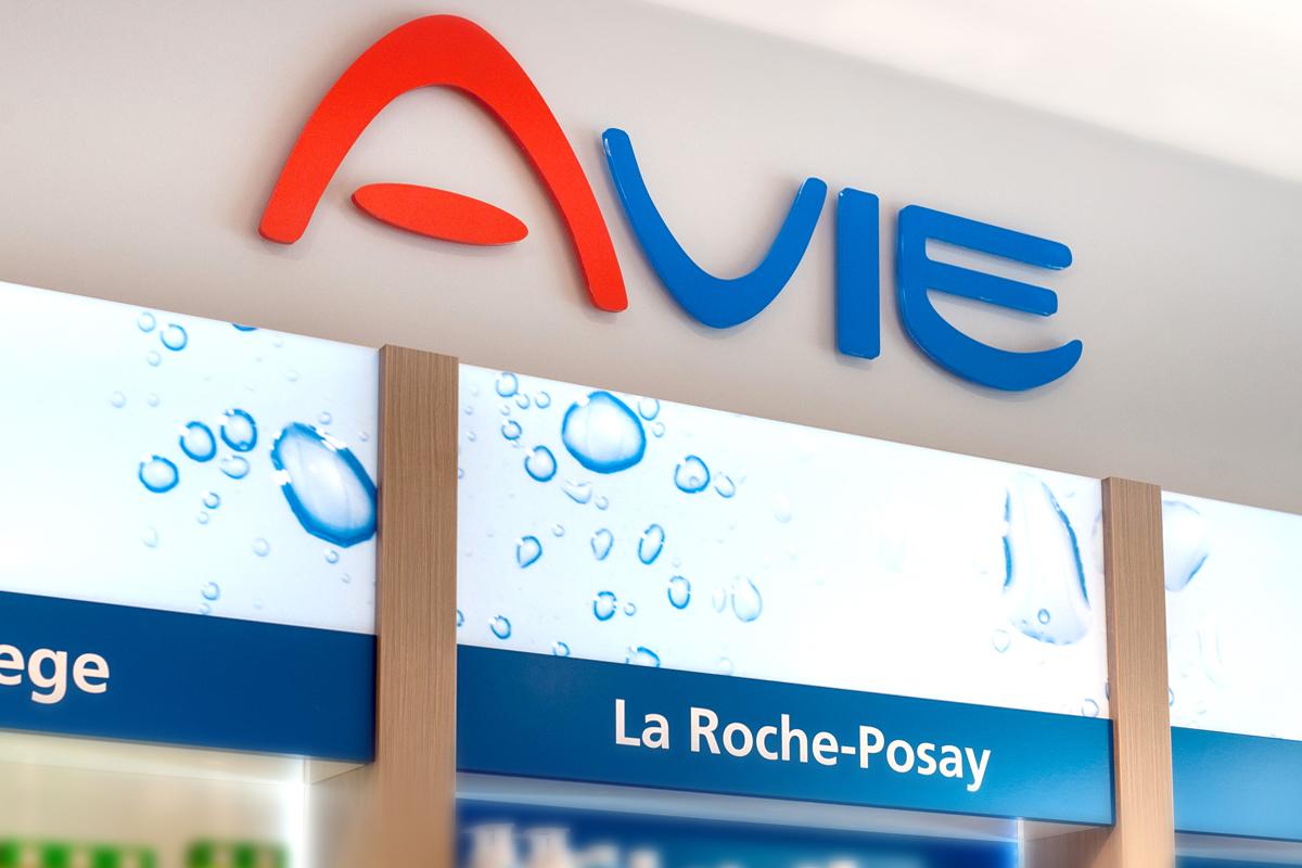 Das AVIE Ladenbaukonzept sorgt für ein modernes, hochwertiges Erscheinungsbild Ihrer AVIE Apotheke.