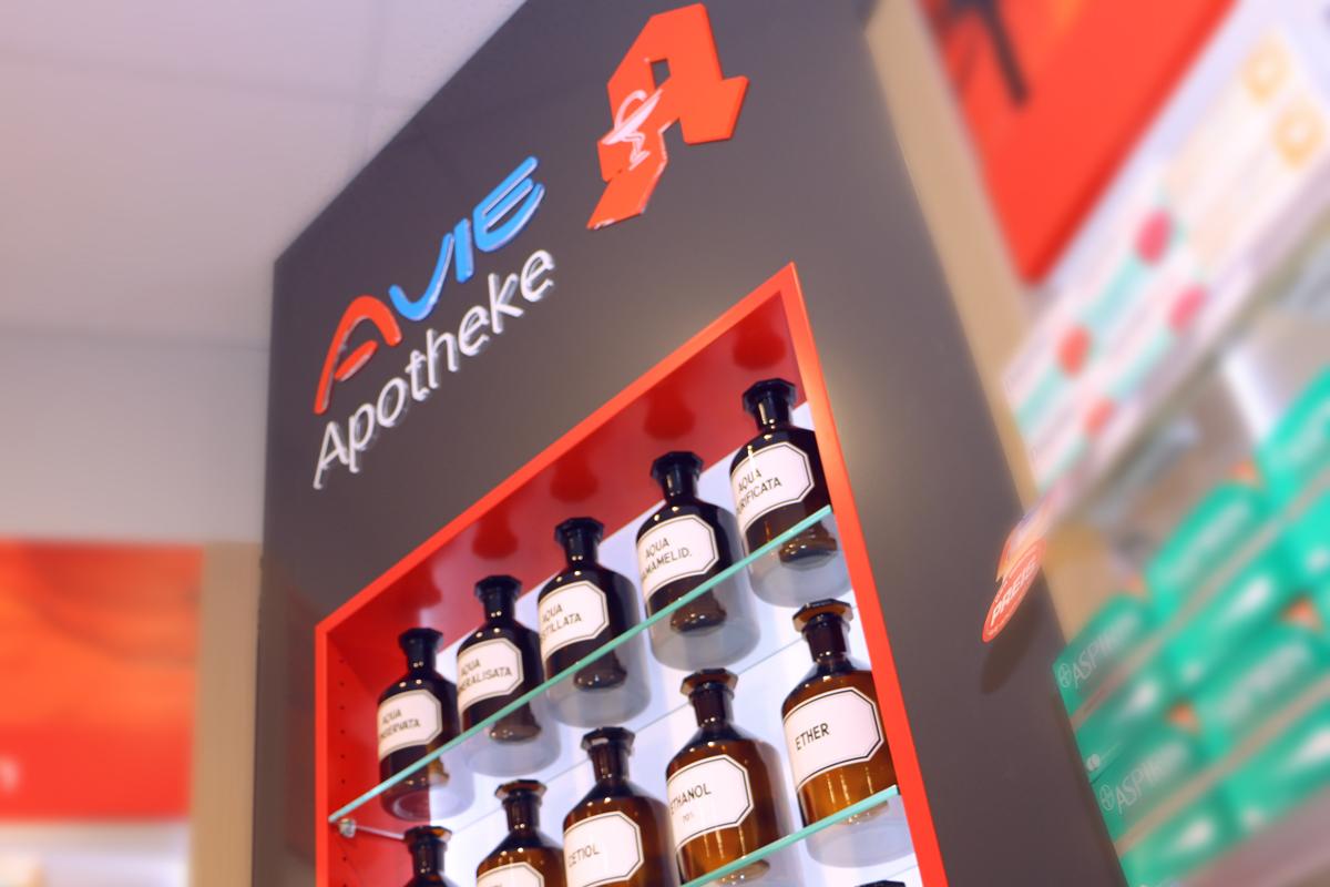 Der AVIE Ladenbau sorgt, wie hier in der AVIE Apotheke in Merzig, für ein modernes, hochwertiges Erscheinungsbild Ihrer AVIE Apotheke.